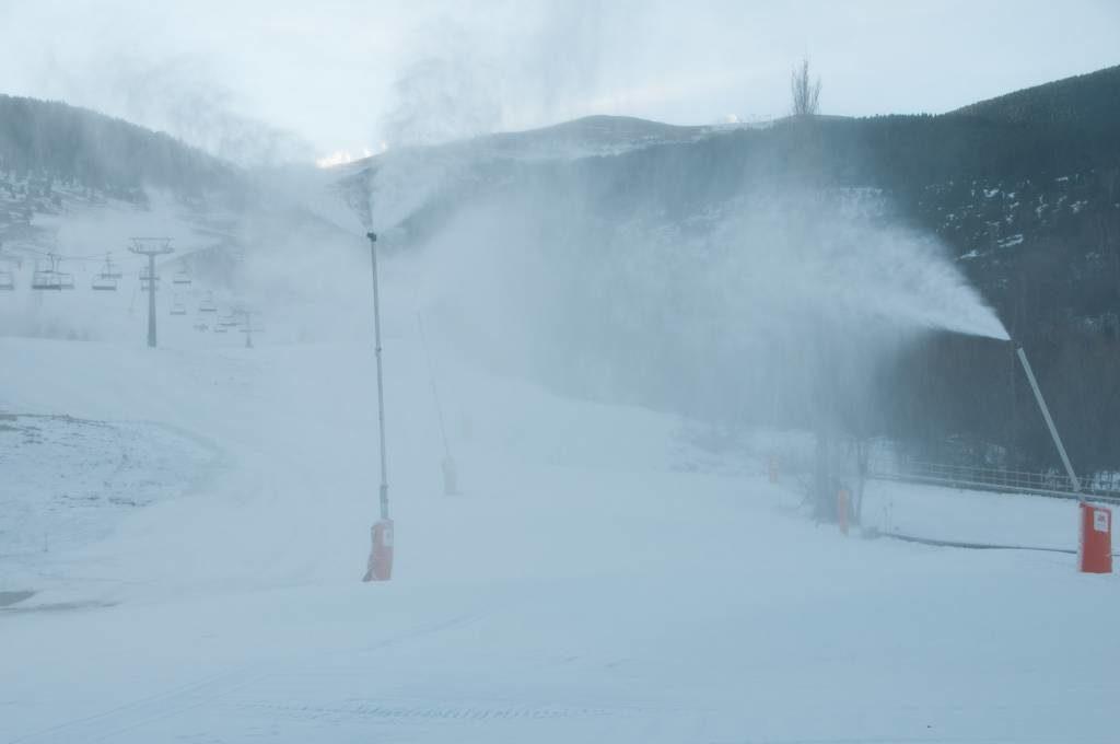 Cerler, en cota 1.500, donde los cañones están fabricando nieve, a la espera de que lleguen las nevadas anunciadas para esta semana.