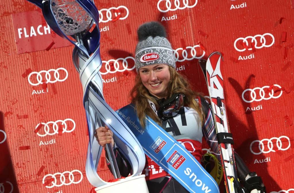 Mikaela Schiffrin en lo alto del podio de Flachau. Foto: Gepa Pictures / Atomic.