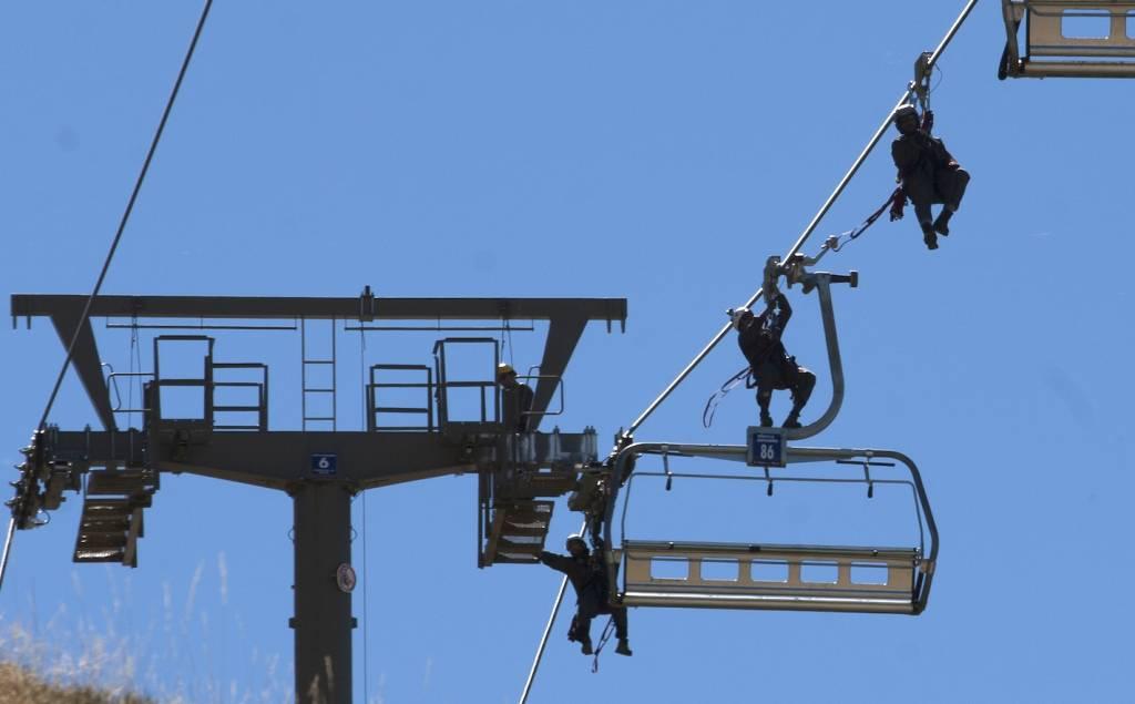 Los pisteros de Sierra Nevada entrenan el rescate aéreo en remontes