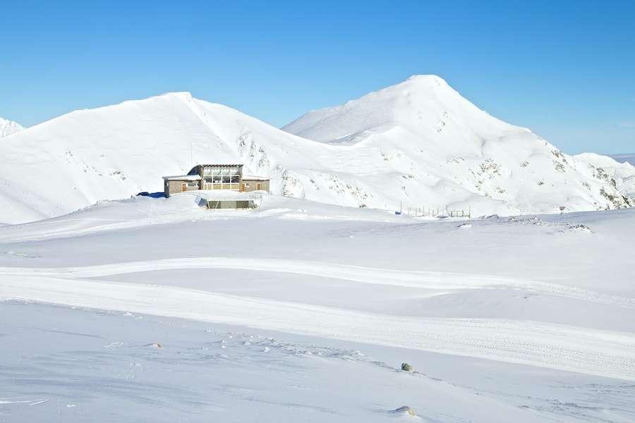 La nieve y los cañones permiten al final abrir las estaciones de León