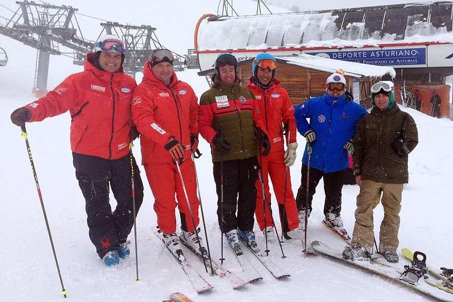 May Peus, presidente de la RFEDI, con representantes de la Escuela de Esquí, presidente de la FDIPA y alcalde de Aller.