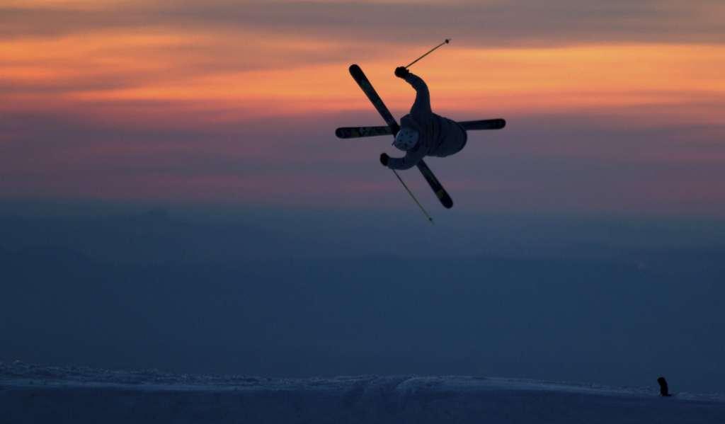 Sierra Nevada arranca la promoción del Mundial de 2017 con una exhibición de saltos al atardecer