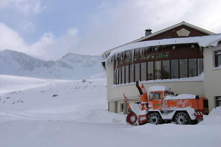 Hostal Pico Agujas, cerrado desde 2014 y aún pendiente de adjudicar a estas alturas.