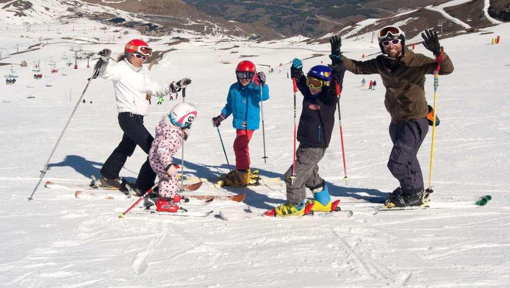 3.500 esquiadores acuden a la jornada de esquí gratuito para despedir la temporada invernal en Sierra Nevada