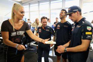 Vonn recibió un pequeño homenaje por su cumpleaños en el box de Red Bull.