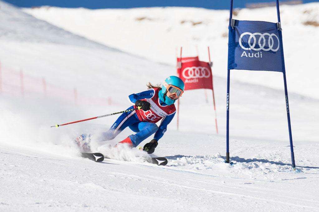 Una joven esquiadora en la prueba de Cerler