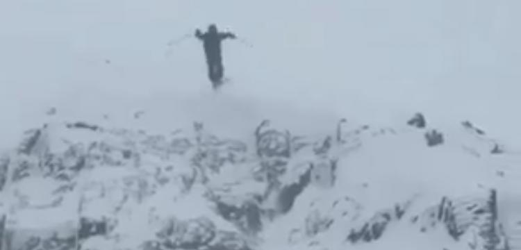 Atención al tremendo golpe que se da este esquiador