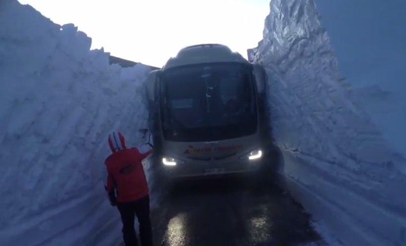 Un autocar pasa entre paredes de cuatro metros de nieve en el Coll de la Creueta