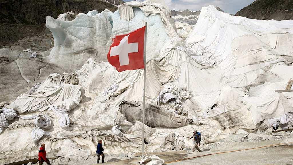 En Suiza protegen un glaciar con… ¡sábanas!