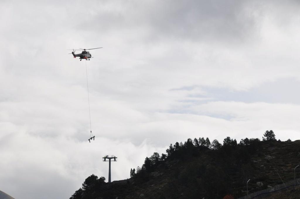 instalación de pilonas del Tristaina con un helicóptero