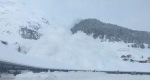 Impresionante vídeo de la avalancha de Davos desde el coche que engulle