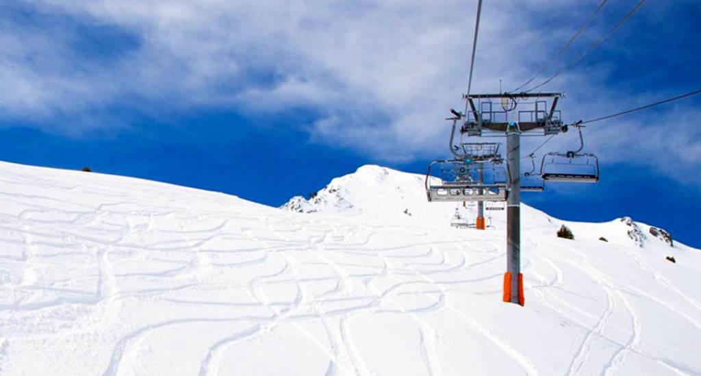 Esquiar en nieve primavera.