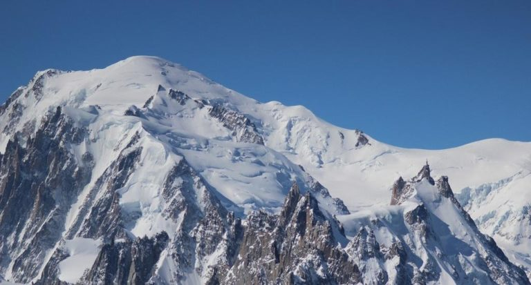 Dos ciudadanos suizos suben al Mont Blanc en avioneta… ¡Increíble!