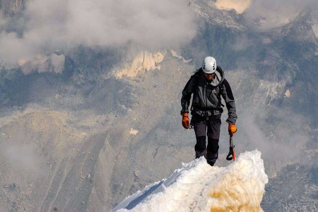 Alpinista cabeza baja
